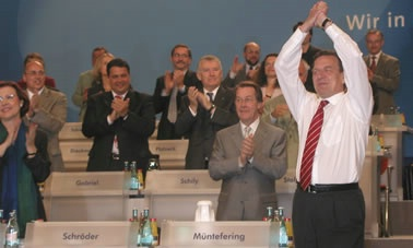 Gerhard Schröder in Siegerpose am 02. 06. 02